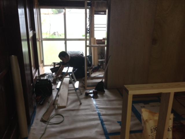 キッチン部分の壁を製作中