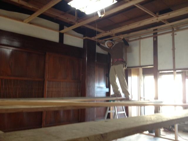 天井下地を作る作業中